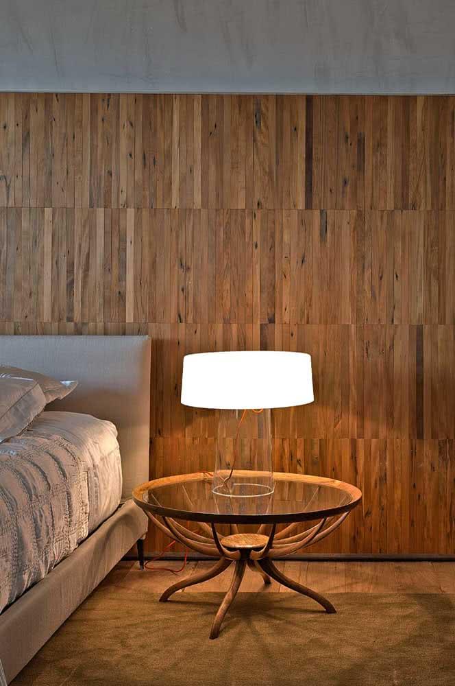 Mesa de canto redonda com tampo de vidro trazendo uma atmosfera elegante para o quarto