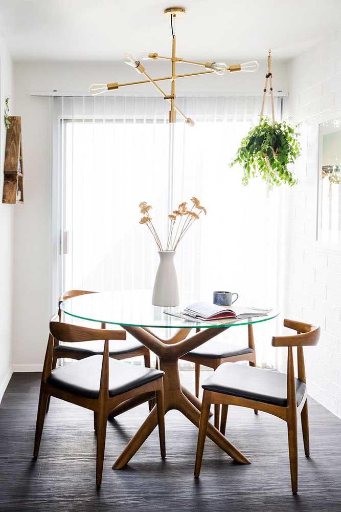 Mesa redonda com tampo de vidro e base de madeira