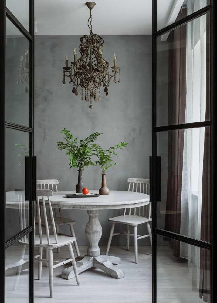 Que tal um toque retro na sala de jantar com uma mesa redonda de madeira?