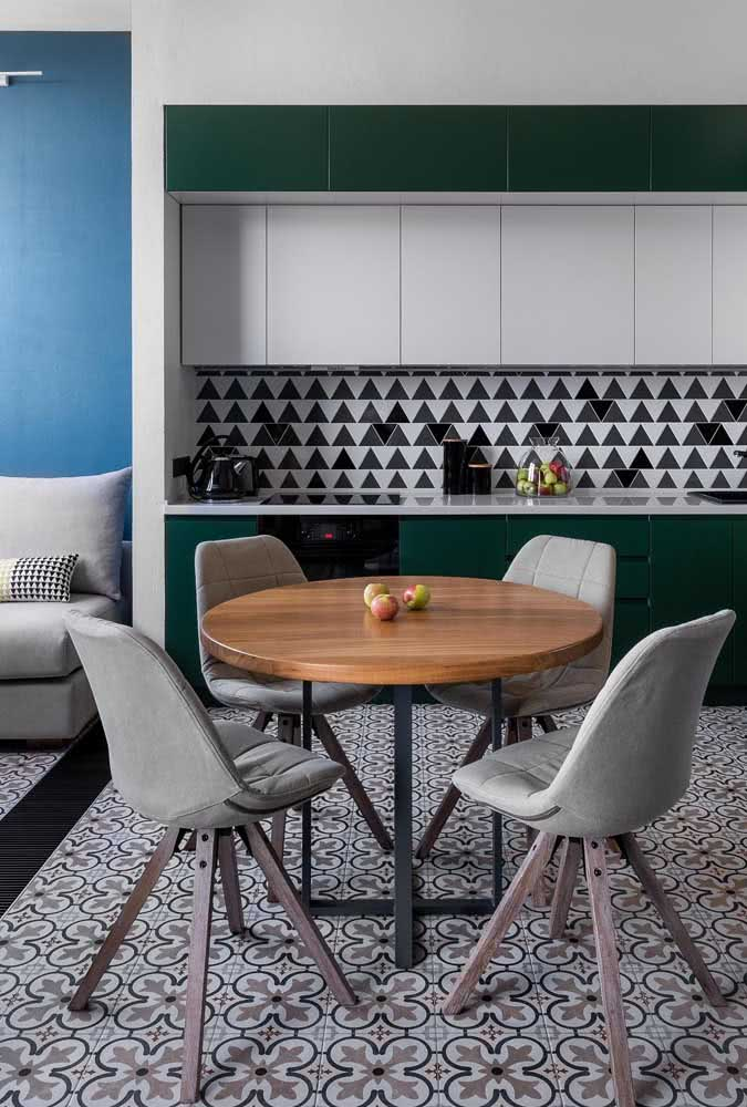 Mesa redonda pequena: perfeita para fazer a integração entre os ambientes