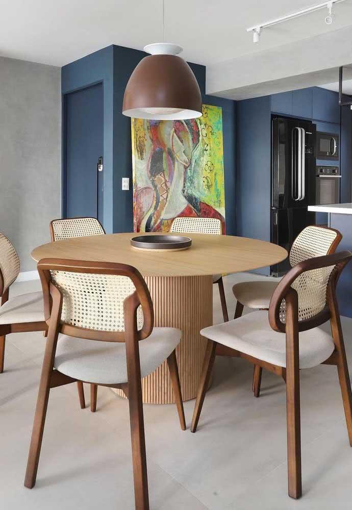 Quem resiste a uma mesa redonda de madeira com cadeiras de palhinha?