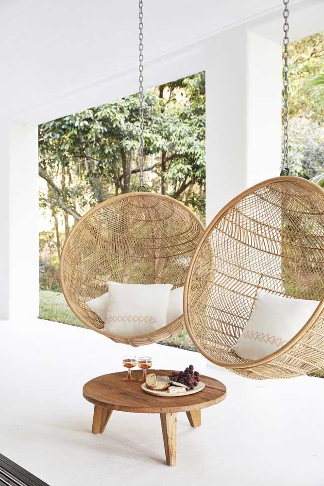 Mesa de centro redonda em madeira para você levar onde quiser