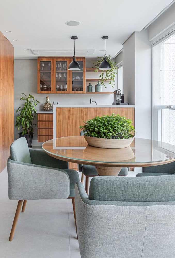 Mesa redonda de vidro para área gourmet. Ótima pedida para otimizar o espaço externo
