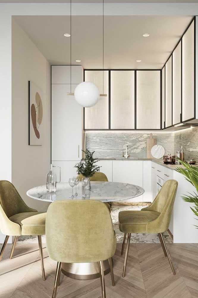Um quarteto de cadeiras luxuosas para combinar com a mesa redonda de mármore