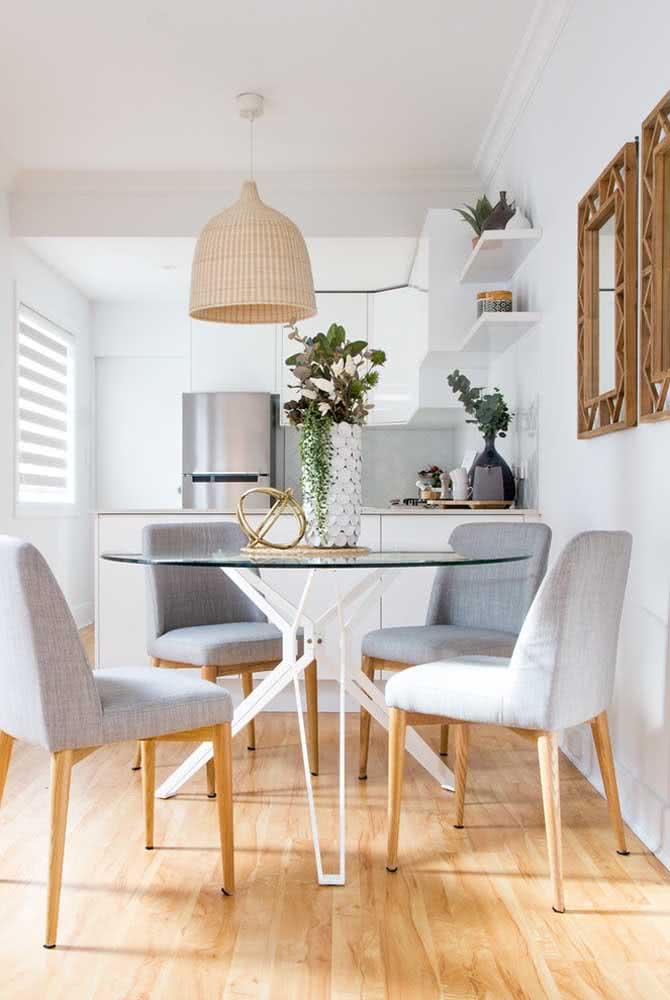Mesa redonda de vidro trazendo charme e delicadeza à sala de jantar integrada