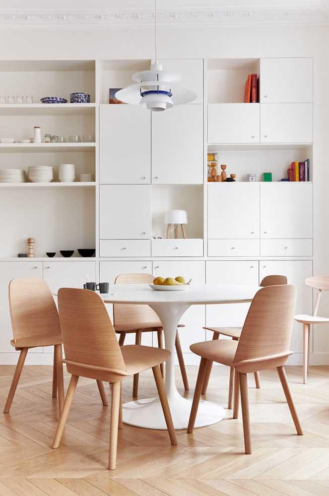 Uma composição que nunca dá errado: mesa redonda branca com cadeiras de madeira clara