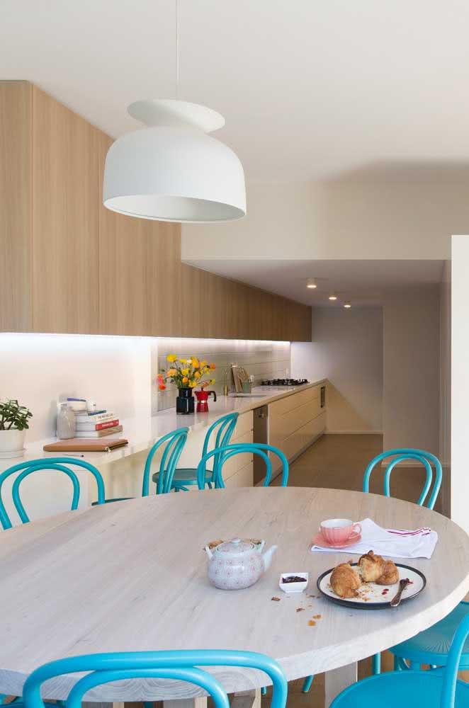 Para descontrair a mesa redonda, um conjunto de cadeiras azuis