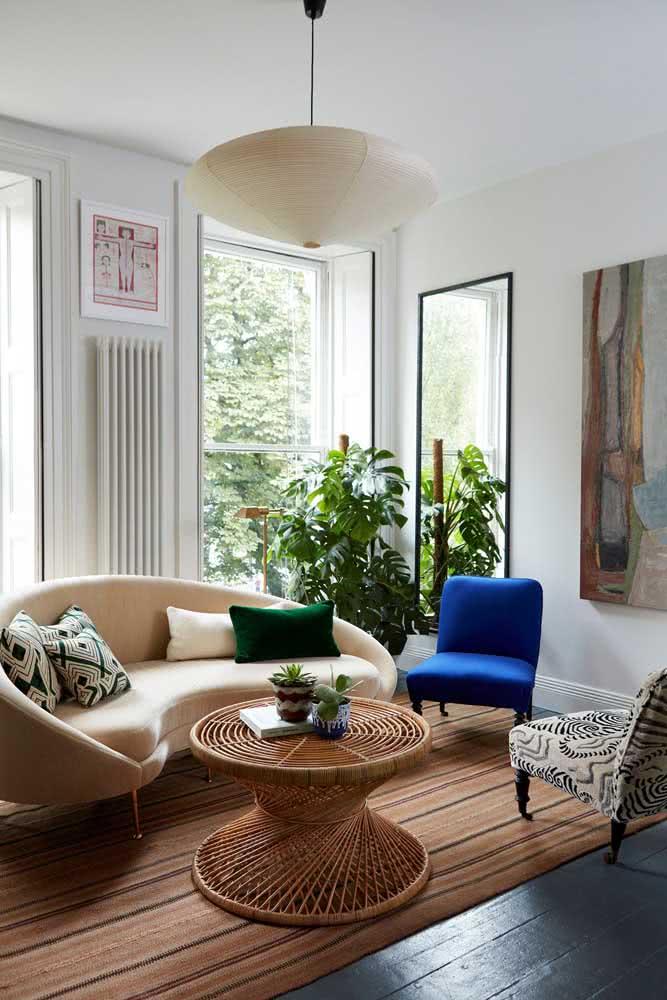 Que tal uma mesa de centro redonda em vime decorando a sala de estar?