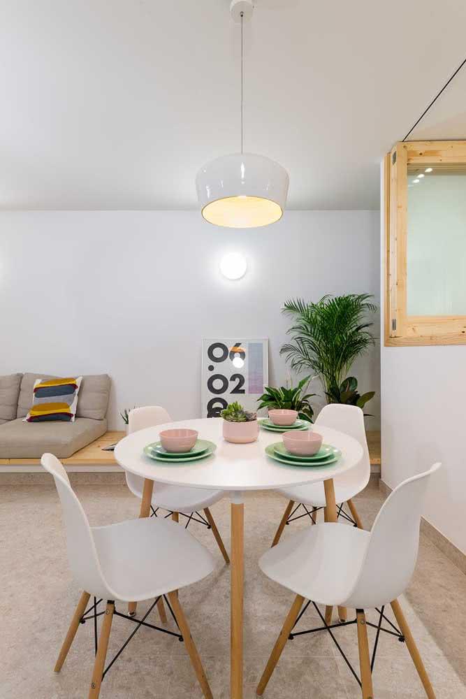 Mesa redonda Eames em companhia das cadeiras no mesmo design