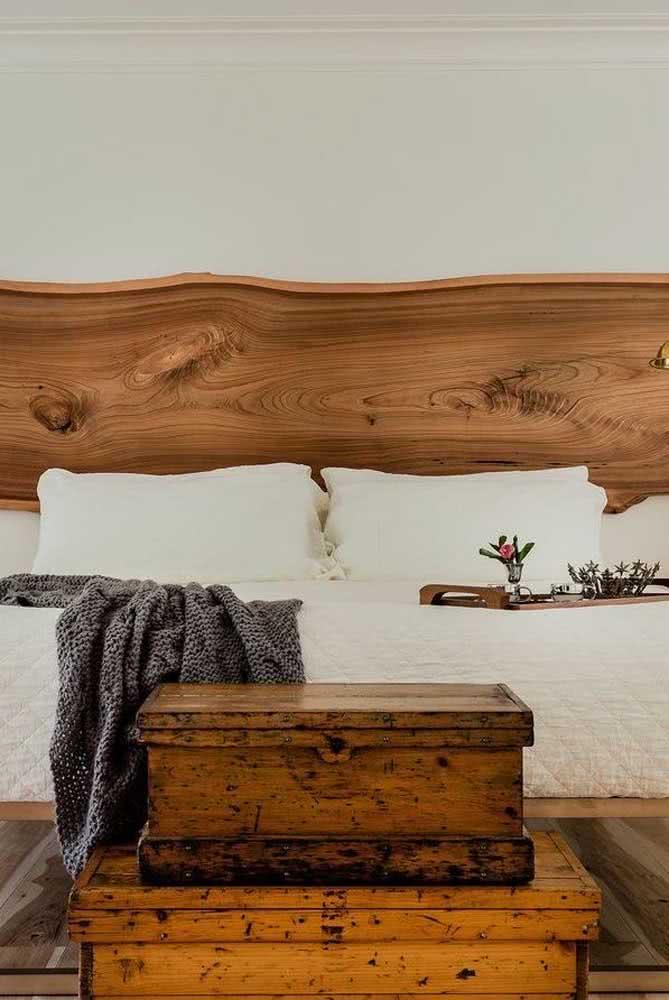 Dupla de baús para quarto de casal com a presença da madeira na cabeceira da cama.