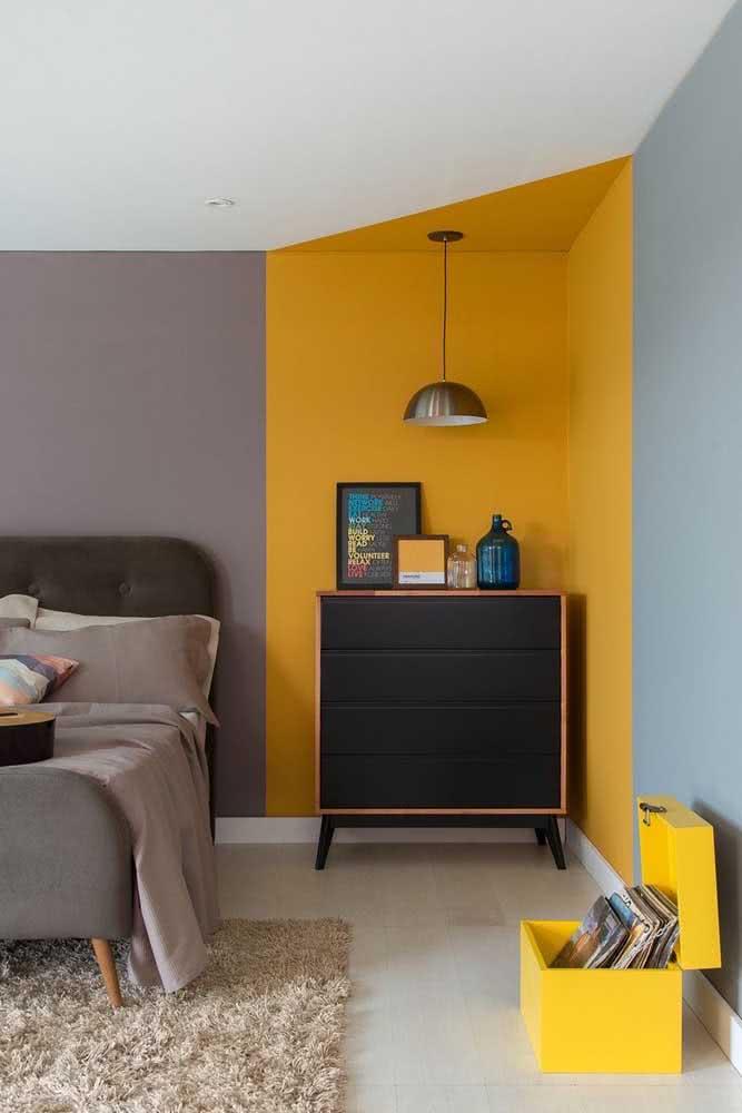 Aqui o pequeno baú segue o padrão de cores do quarto e foi utilizado para guardar antigos disco de vinil.