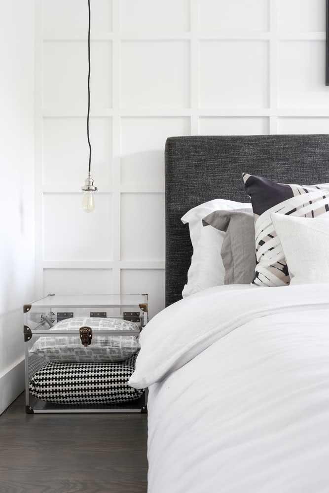 Aqui, este baú de acrílico também é utilizado como criado-mudo e armazena almofadas.