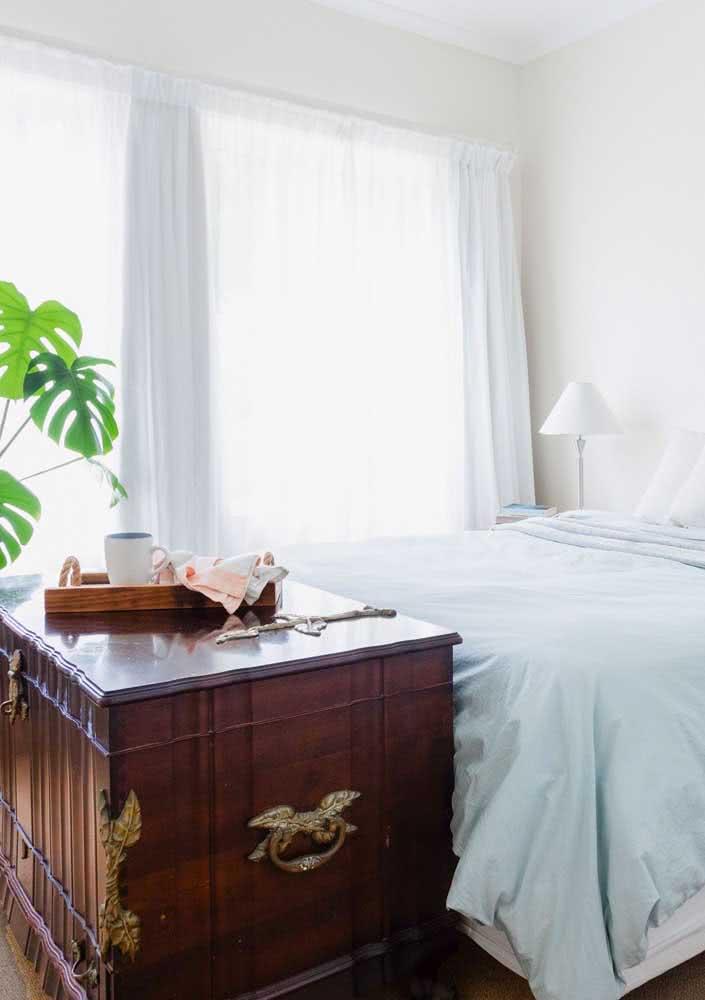 Baú grande de madeira maciça para quarto de casal.