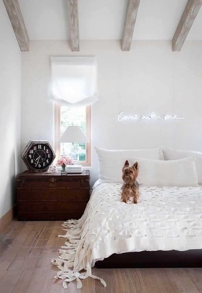 Baú grande em quarto de casal minimalista.