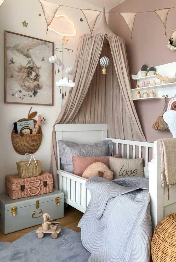 Dupla de baú em quarto de bebê menina.