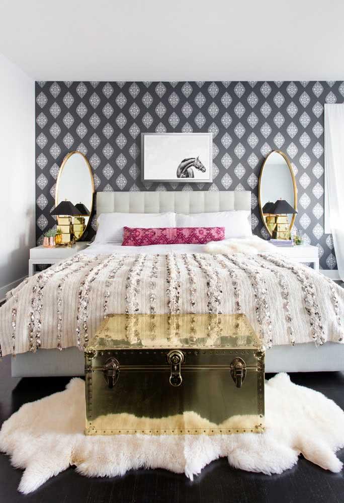 Baú dourado metálico para quarto feminino e delicado.