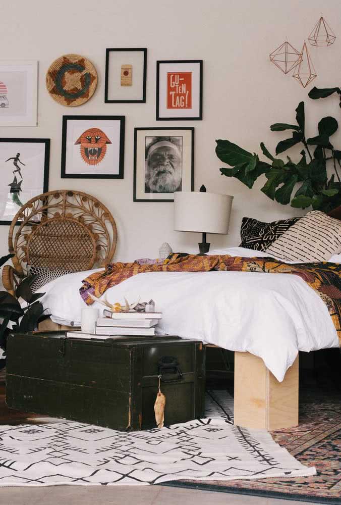 Baú verde musgo próximo a cama para servir de apoio a pequenos objetos