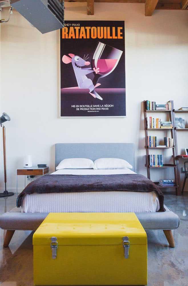 Em destaque: baú amarelo chama a atenção no quarto.