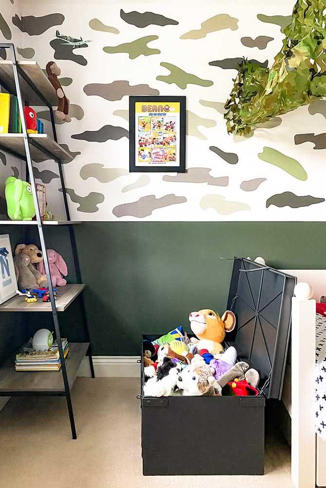 Quarto de menino com tema army: aqui o baú escolhido foi utilizado para guardar os brinquedos.