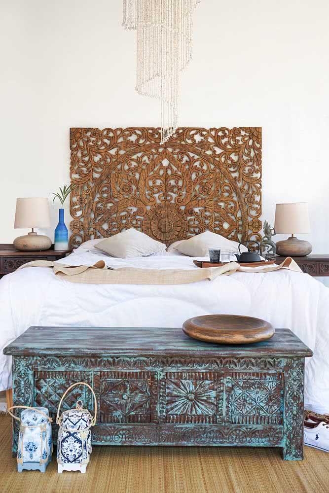Baú vintage de madeira para quarto.