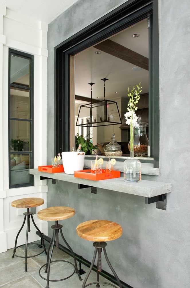 Nesse espaço gourmet pequeno, o balcão integra a área interna com a externa