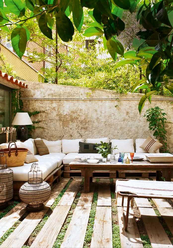 Espaço gourmet pequeno no quintal com decoração rústica mediterrânea