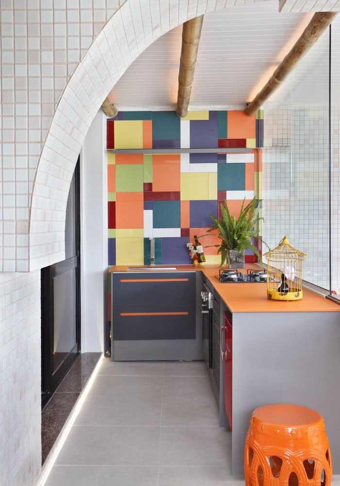 Que tal trazer cor e muito estilo para o espaço gourmet pequeno do apartamento?
