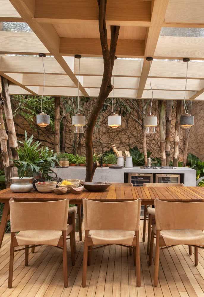Além dos elementos naturais, esse espaço gourmet pequeno se destaca pelas luminárias pendentes