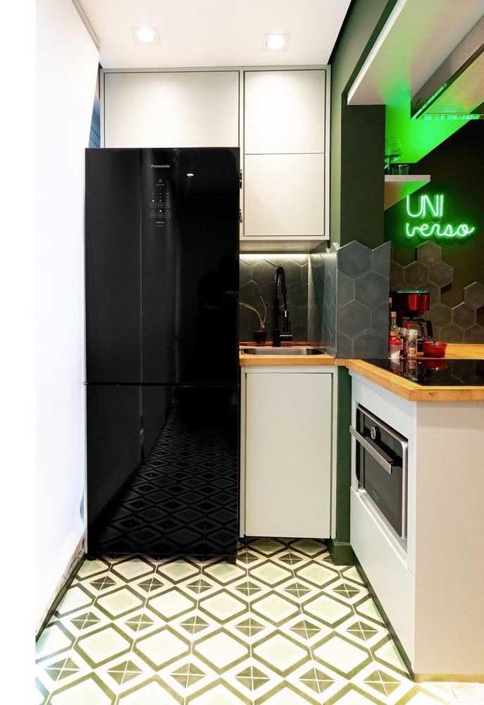 Espaço gourmet pequeno com geladeira e forno