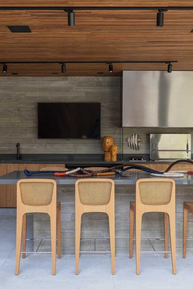 Espaço gourmet pequeno moderno com móveis de madeira e revestimentos na cor cinza