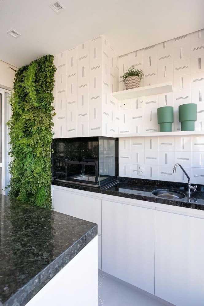 Que tal um jardim vertical para completar a decoração do espaço gourmet pequeno?