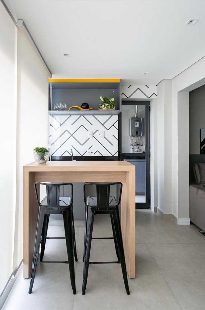 A diferença na decoração está nos detalhes, como aqui, nesse espaço gourmet pequeno de azulejos modernos