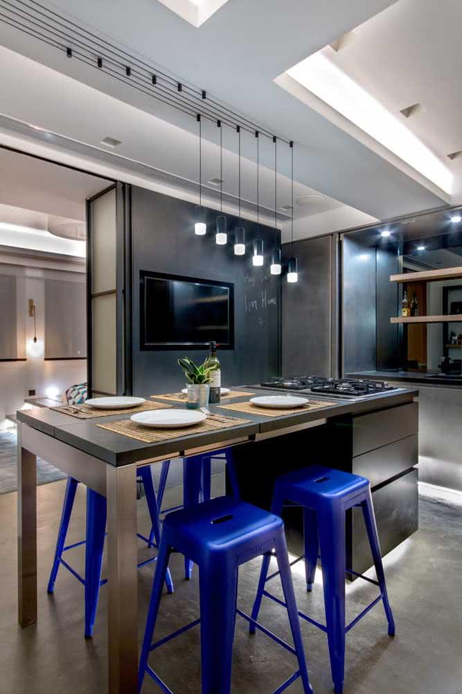 Ideia de espaço gourmet pequeno decorado com banquetas azuis