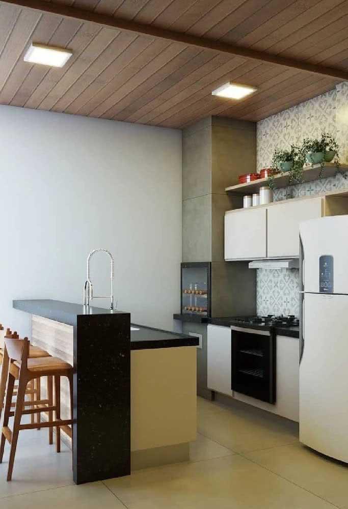 Espaço gourmet pequeno externo com cozinha equipada e balcão