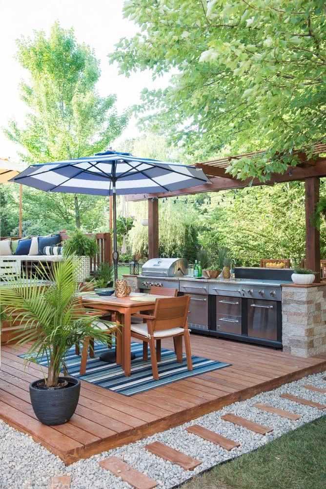 Espaço gourmet pequeno no quintal montado sobre o deck de madeira