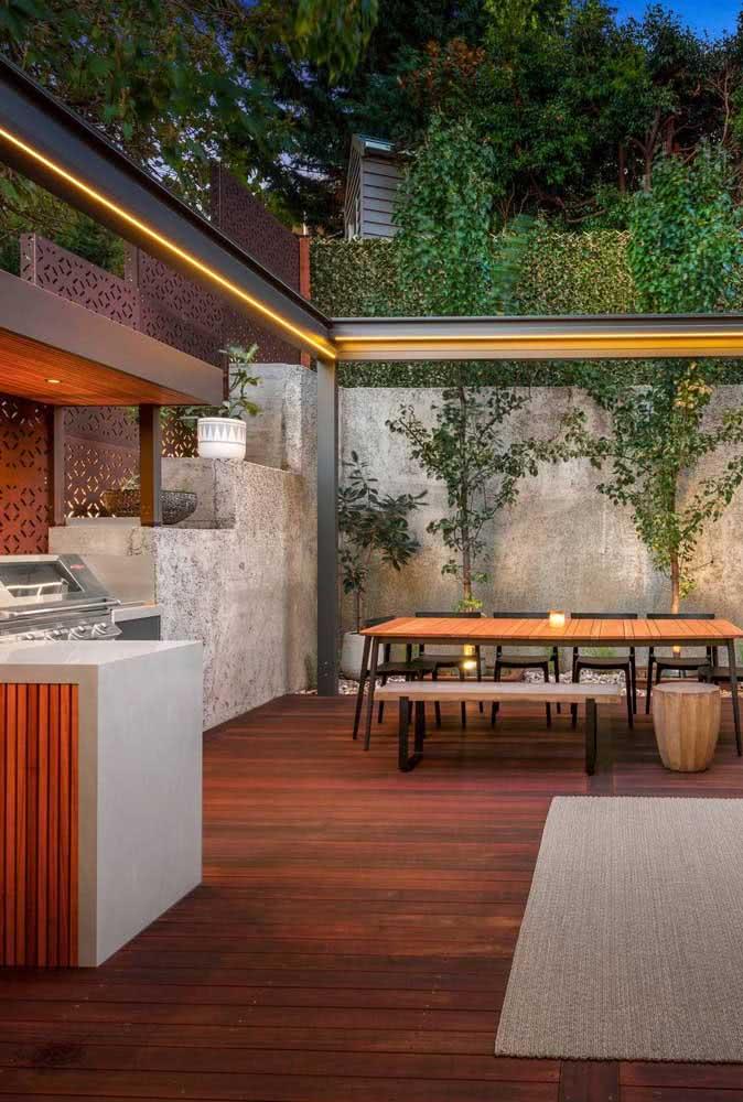 Espaço gourmet pequeno moderno com piso de madeira e iluminação especial