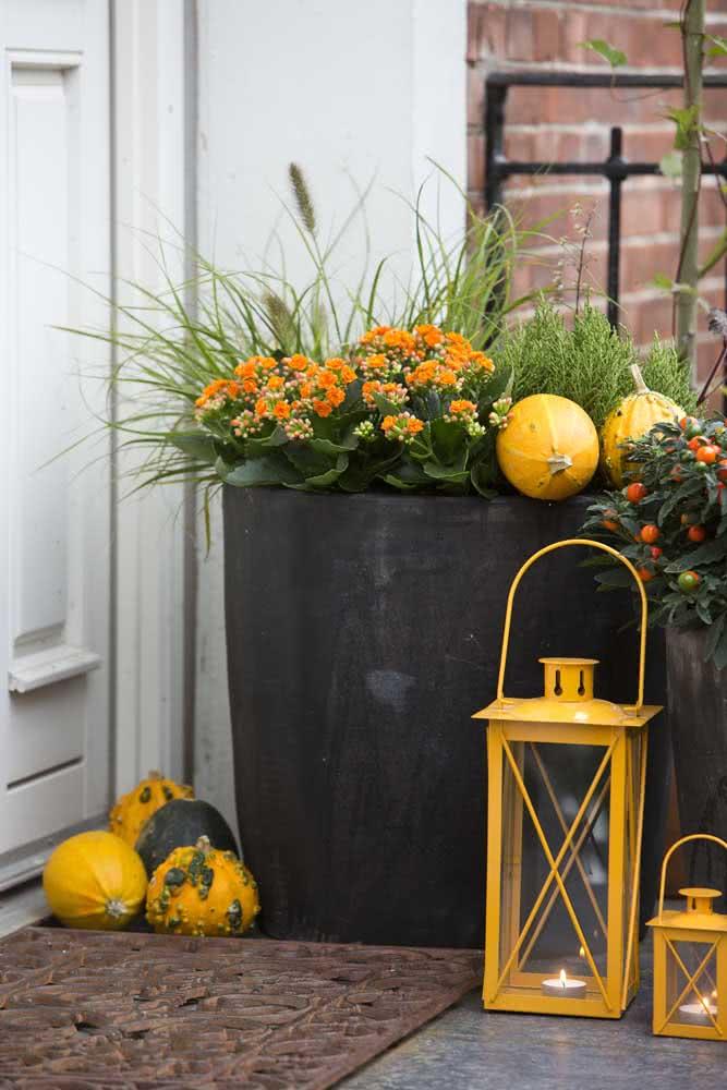Já pensou em usar flor da fortuna laranja para decoração do halloween?