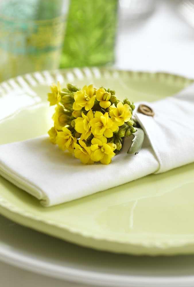 Ramo de flor da fortuna amarela para trazer um charme a mais na mesa posta