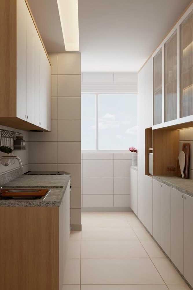 Cozinha pequena e simples com balcão de granito cinza