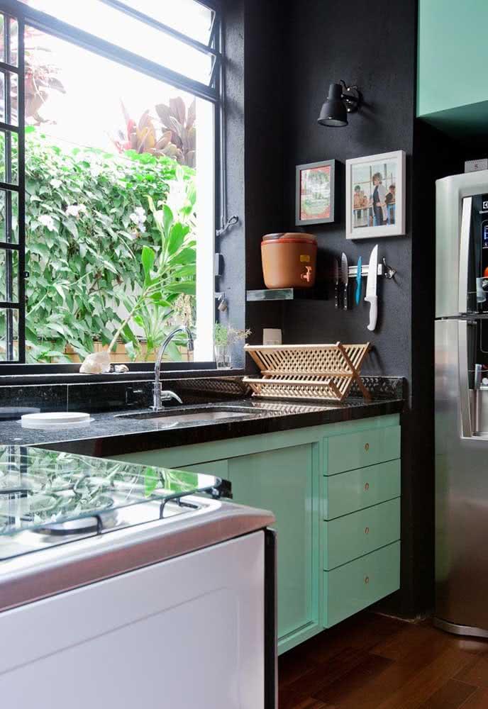 Bancada de granito na cozinha combinando com a pintura da parede