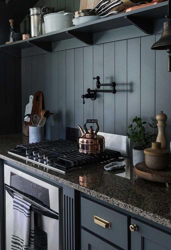 Aqui, a pia de granito na cozinha ficou incrível com os armários azuis