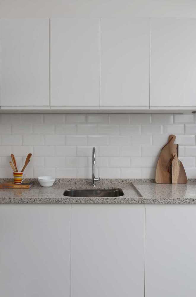 Pia de granito cinza na cozinha em um projeto moderno e clean