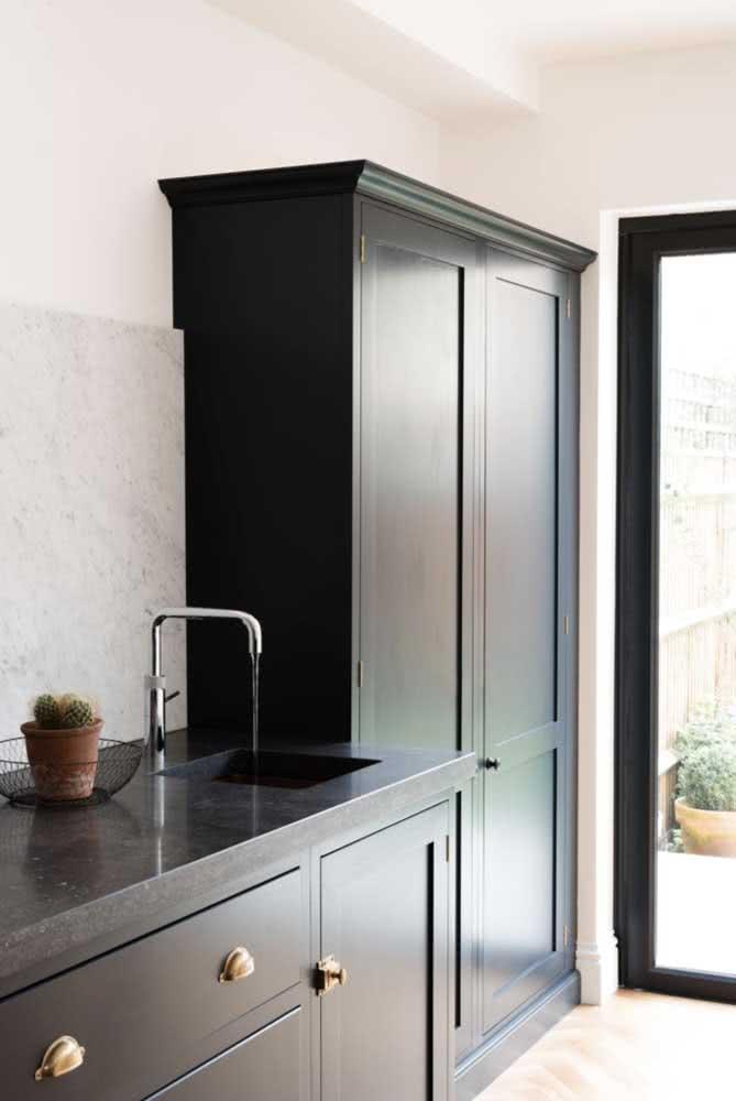 Bancada de granito e armários se confundem nessa cozinha