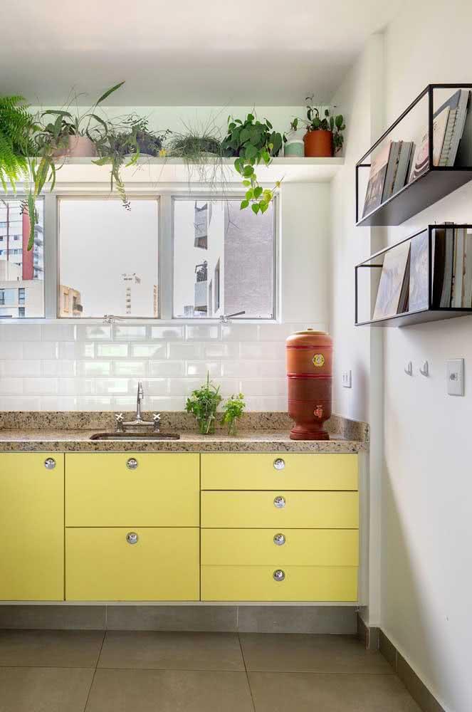 Que tal uma bancada de granito na cozinha retrô?