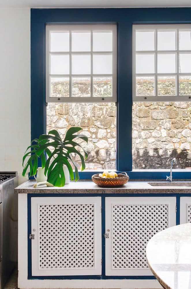 Granito claro para uma cozinha que ousa nas cores