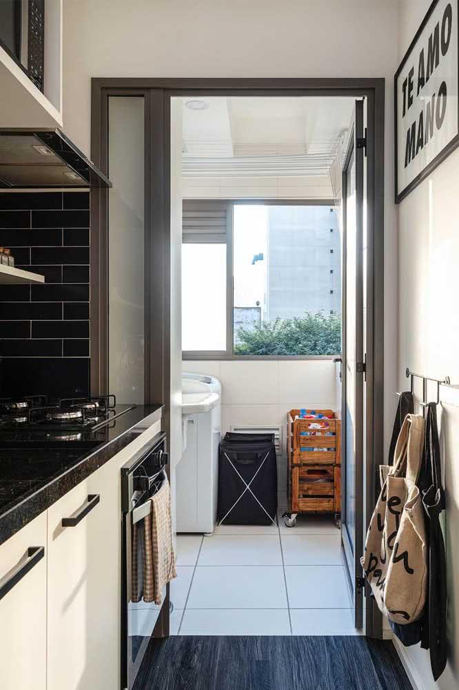 Pia de granito na cozinha de apartamento
