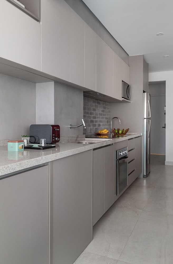 Granito claro na cozinha combinando com o restante da decoração