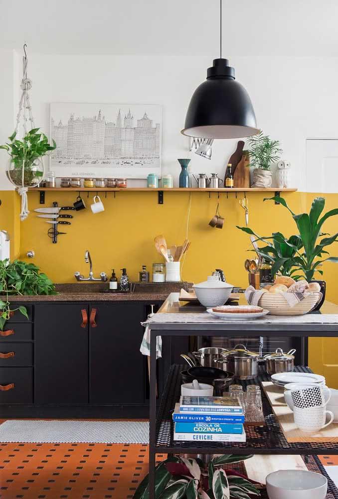 Harmonia de cores e texturas nessa cozinha de pia de granito marrom