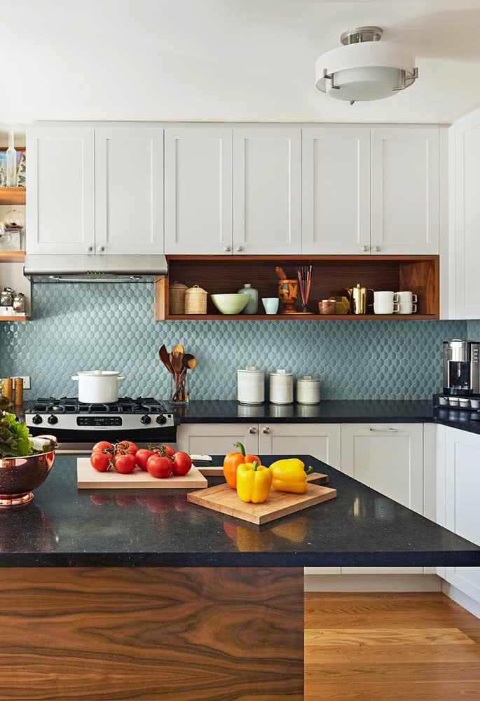 Cores e contrastes nessa cozinha com pia e balcão de granito preto