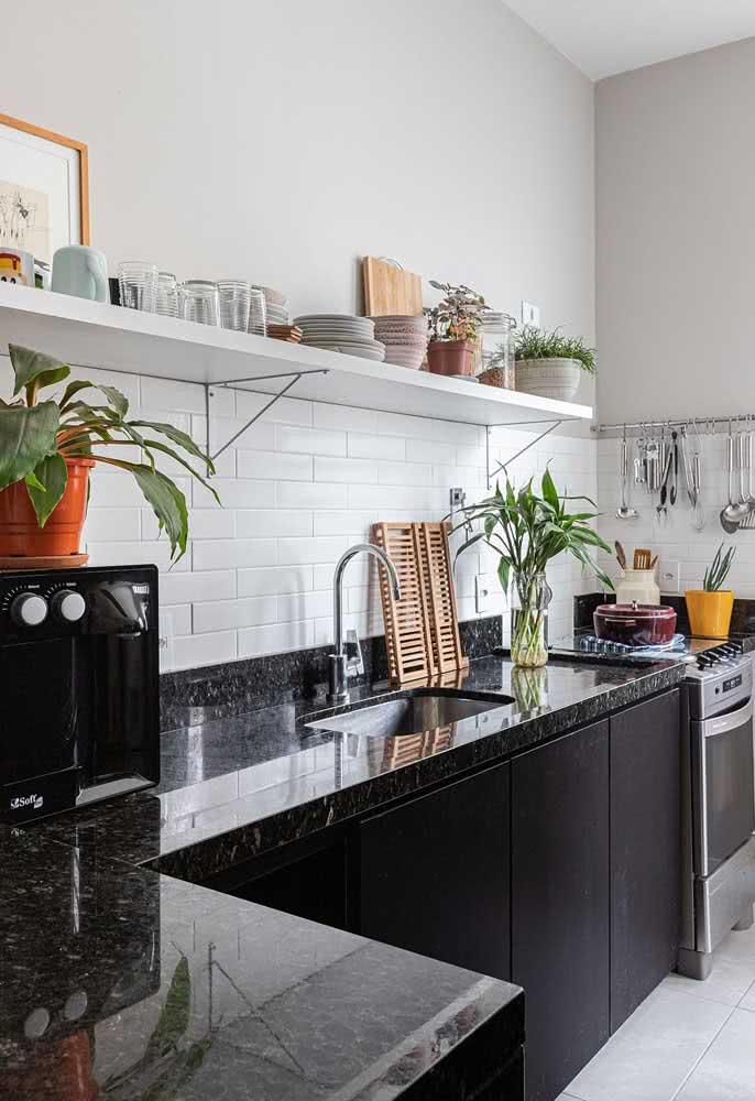 Pia de granito para cozinha na mesma sintonia do armário. Em cima, tudo branquinho